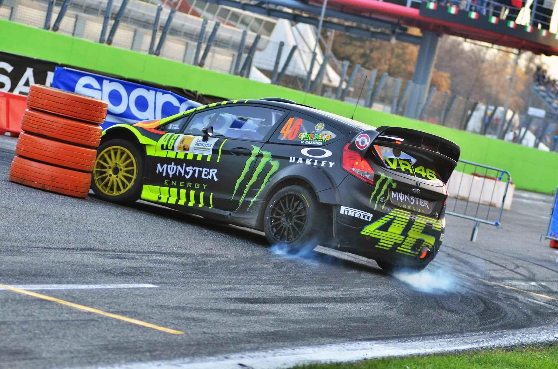Valentino Rossi amazing overtake & near crash at Monza ...